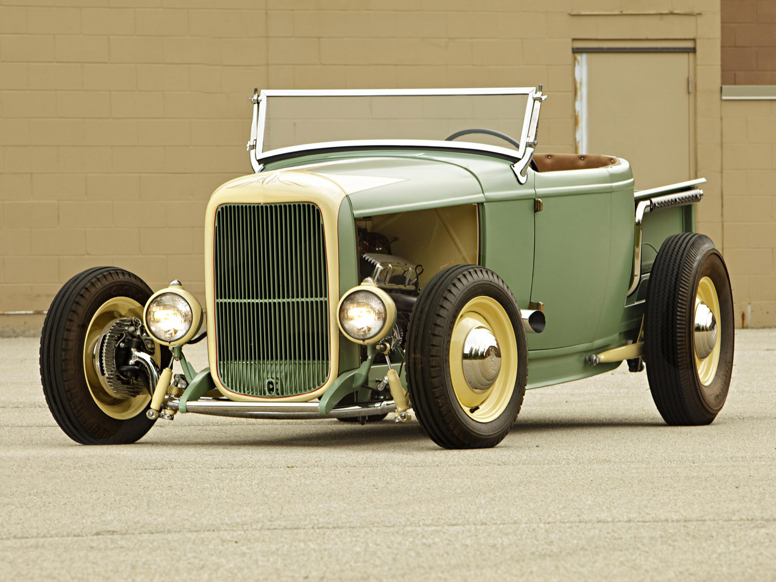 Ford Roadster 1932 photo - 2