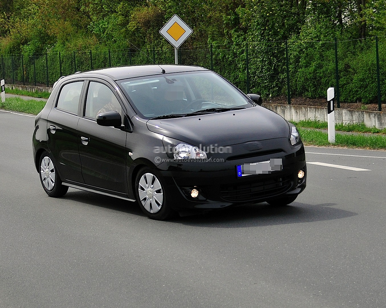 Mitsubishi Mirage 2010 photo - 2