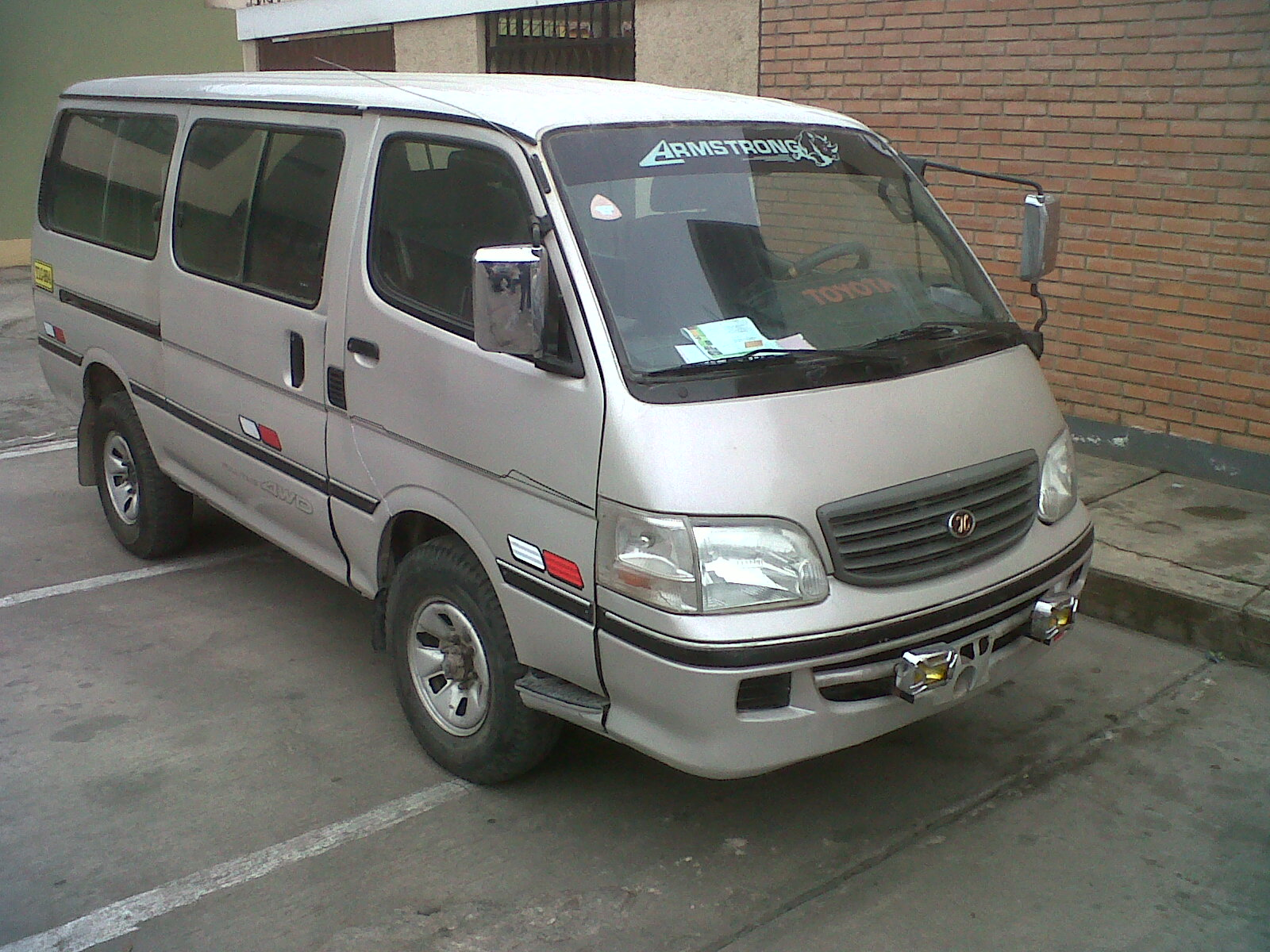 Toyota Hiace 2001 photo - 3