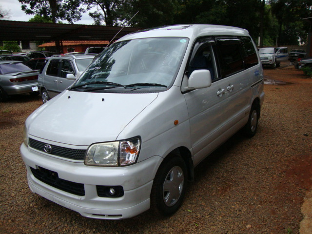 Toyota Noah 1998 photo - 2