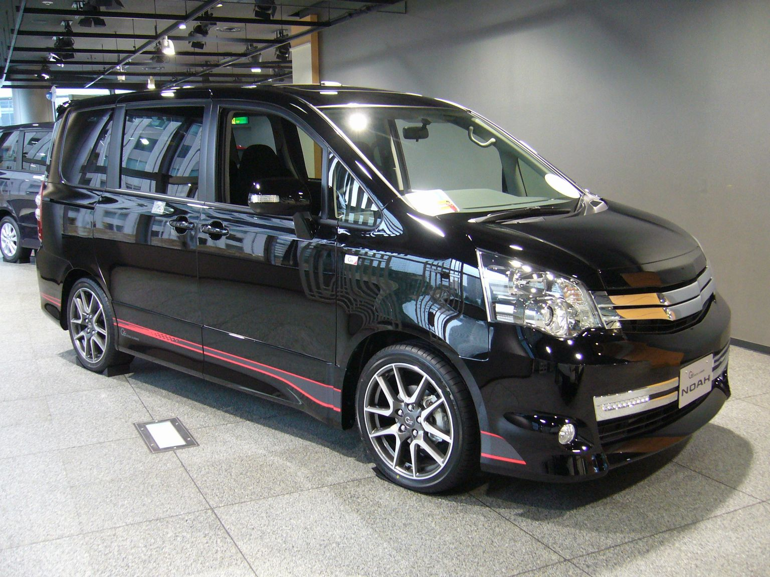 Toyota Noah 2012: Review, Amazing Pictures and Images   Look at