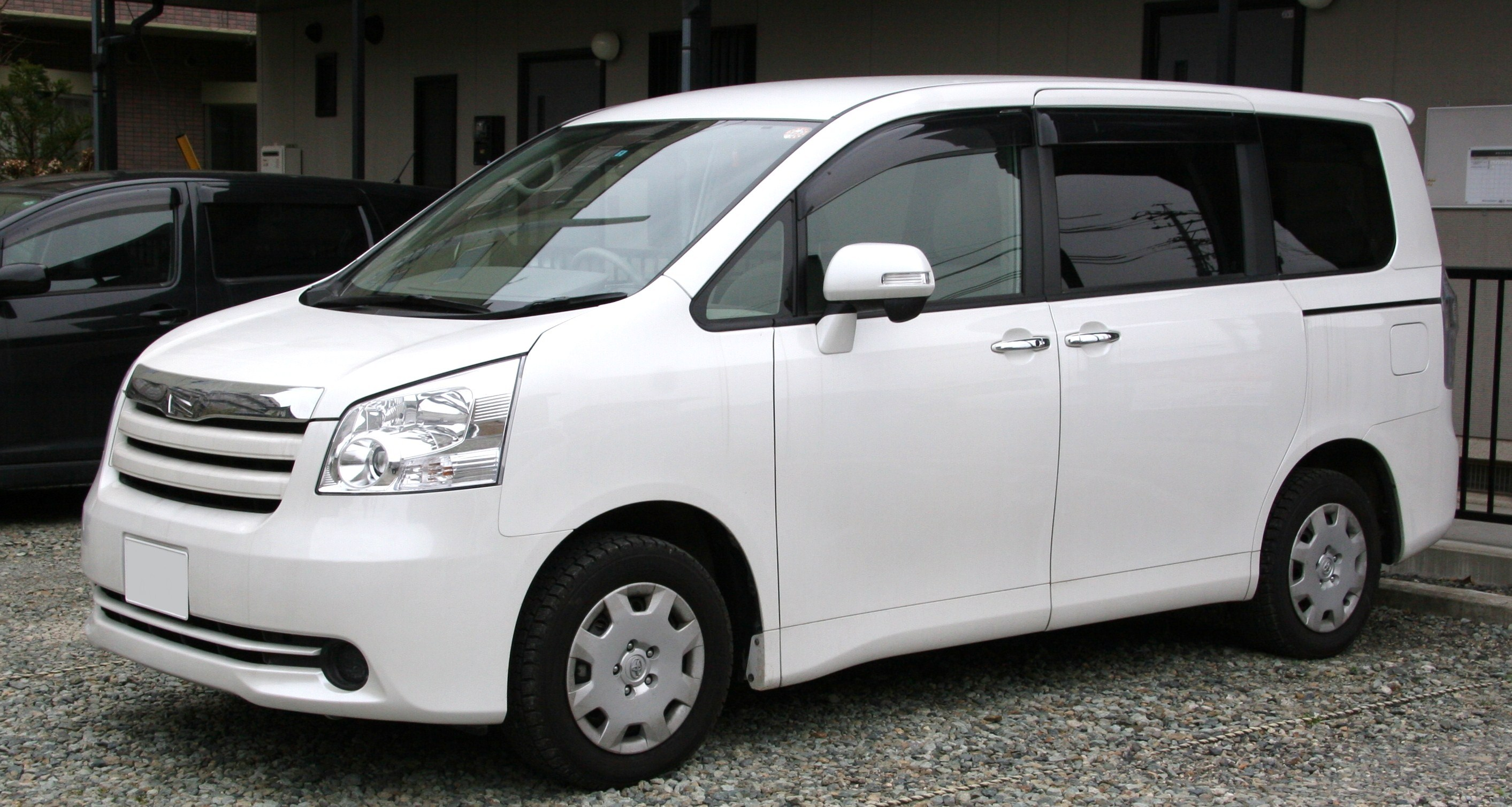 Toyota Noah 2013: Review, Amazing Pictures and Images – Look at the car